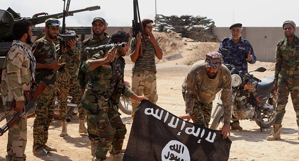Iráčtí vojáci a vlajka ISIL