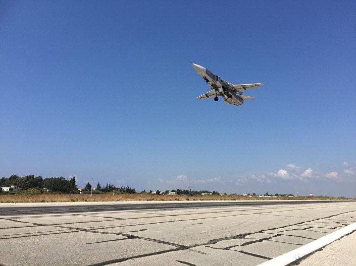 Ruský bombardér Su-24 na základně Hmeimim v Sýrii