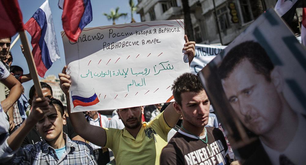 Děkujeme Rusku, které vrátilo rovnováhu ve světě, je napsáno na plakátu
