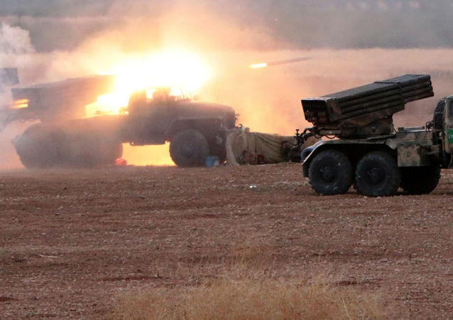 Syrské dělostřelectvo na severu provincie Hamá