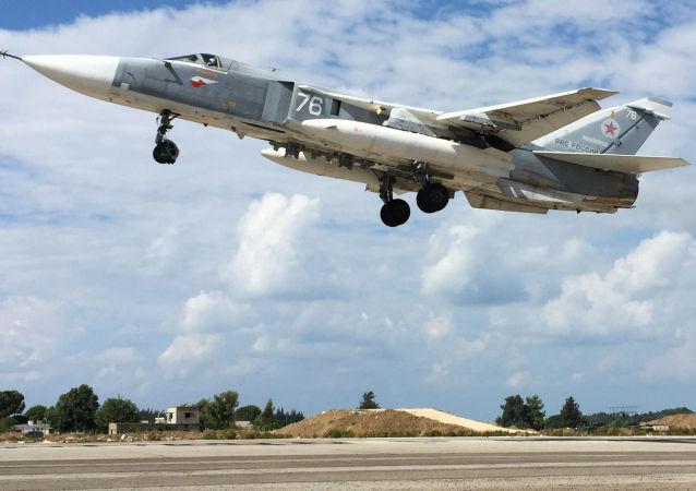 Ruský Su-24 vzlétá na základně Hmeimim v Sýrii
