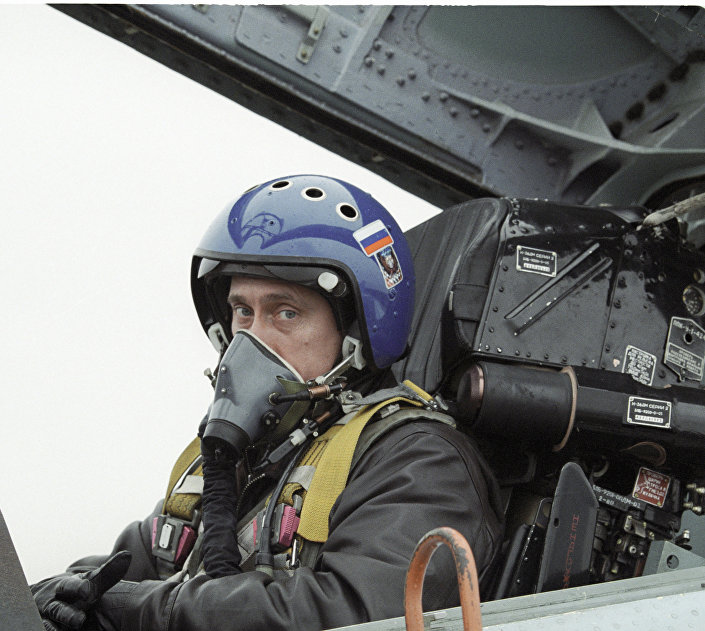 Vladimir Putin v kabině Su-27. Rok 2000