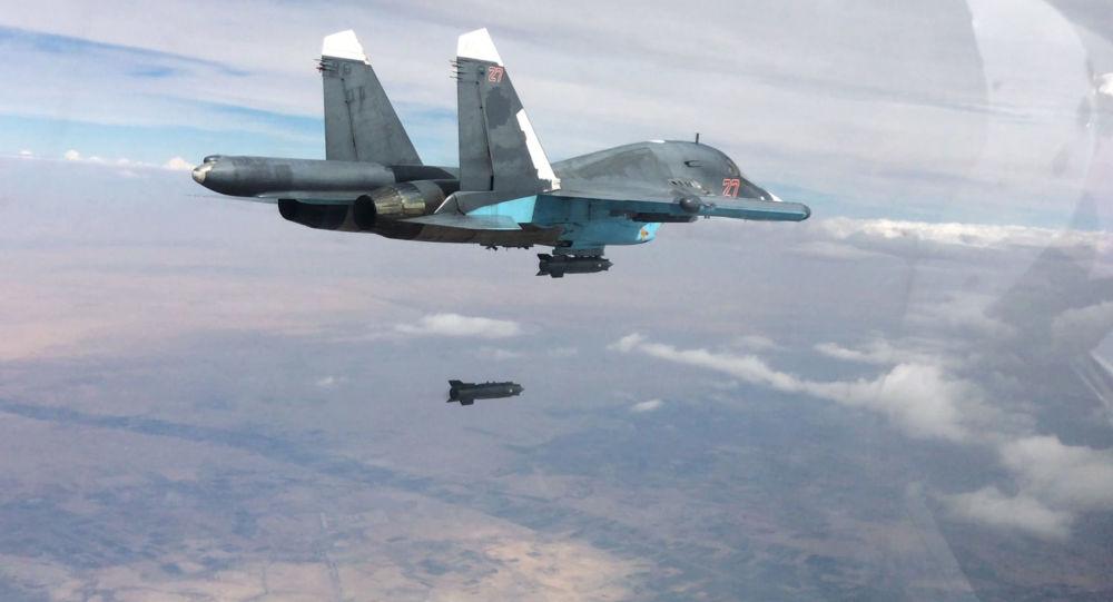 Stíhací bombardér Su-34 při leteckých útocích v provincích Rakka a Aleppo v Sýrii.