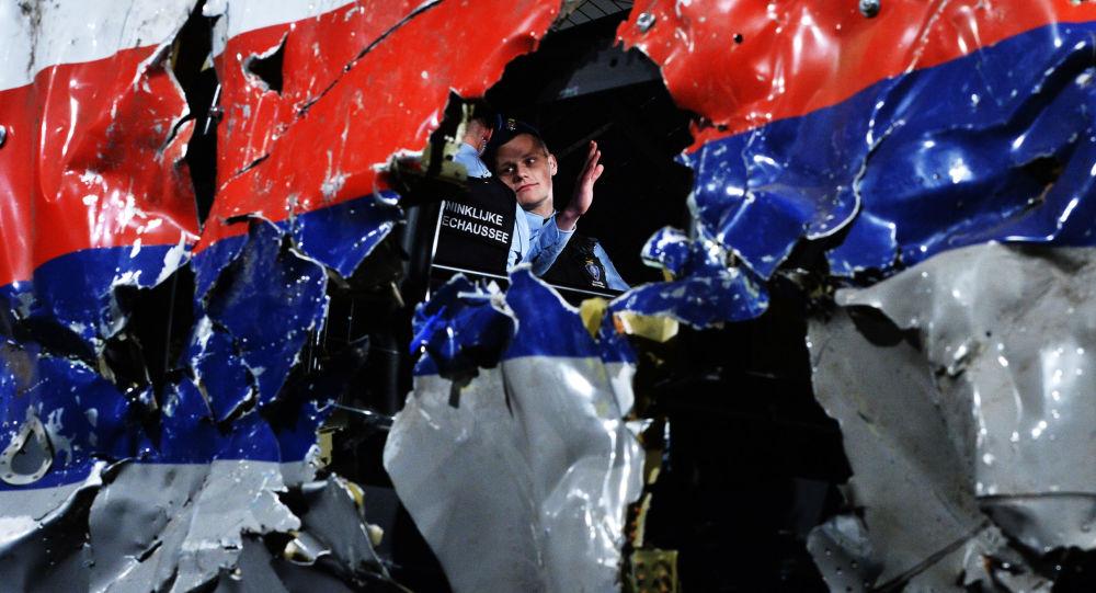 Část rekonstruovaného sestřeleného letadla Boeing 777 Malaysia Airlines, let MH17, na vojenské základně Gilze Rijen v Nizozemí