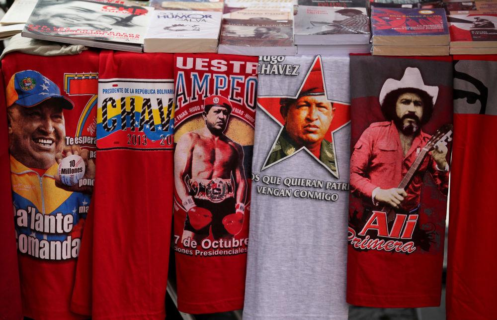 Blíže k tělu: portréty politiků na oblečení a mobilech