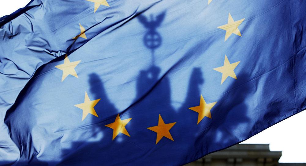 Vlajka EU na pozadí Braniborské brány