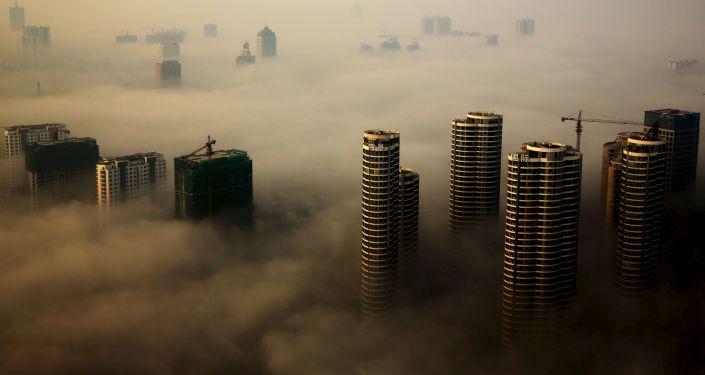 Mlha nad městem Rizhao v provincii Shandong, Čína.