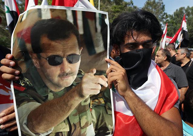 Demonstrace na podporu politiky Ruska v Sýrii, Libanon. Portrét syrského prezidenta Bašára Asada