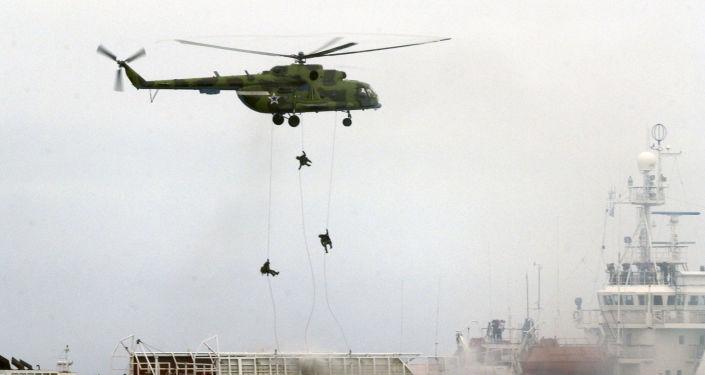 """Příslušníci Specnazu """"osvobozují"""" loď pobřežní hlídky během antiteroristických cvičení ve Vladivostoku"""