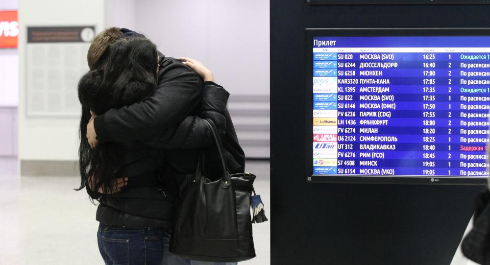Lidé na letišti Pulkovo, kam musel přiletět Airbus-321