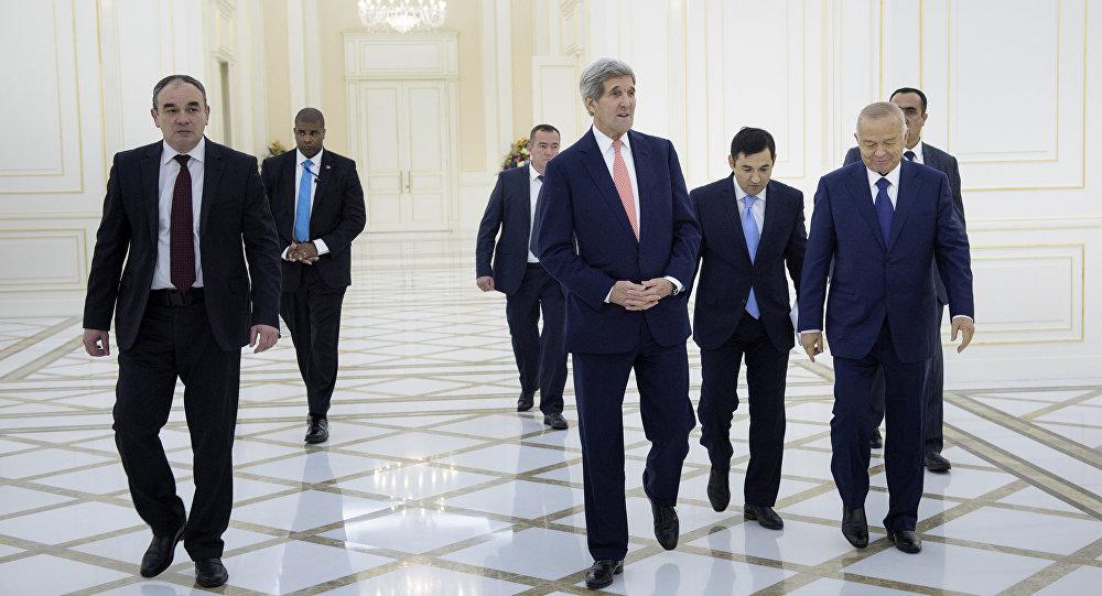 John Kerry se v rámci svého oficiálního turné po Střední Asii setkal v neděli v Samarkandu s uzbeckým prezidentem Islamem Karimovem