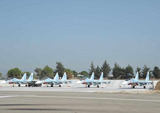 Stíhačky Su-30 na základně Hmeimim