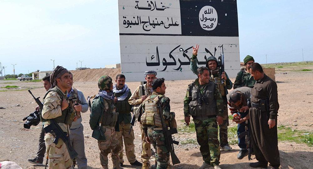 Kurdští povstalci na pozadí symbolu IS