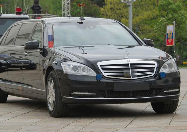 Kolona aut s ruským prezidentem Vladimirem Putinem na území Moskevského Kremlu. Ilustrační foto