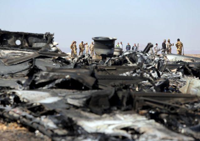 Trosky letadla, které se zřítilo nad Sinajem