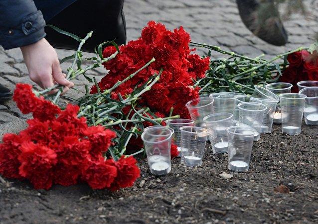 Květiny a svíce vedle budovy německého velvyslanectví v Moskvě