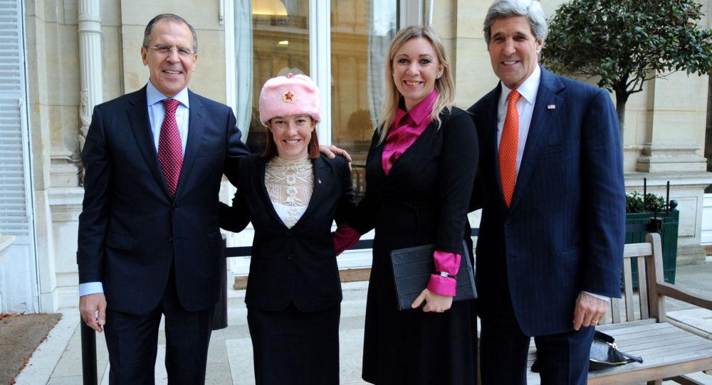 Sergej Lavrov, Jennifer Psakiová v ušance, Marie Zacharovová a John Kerry v Paříži