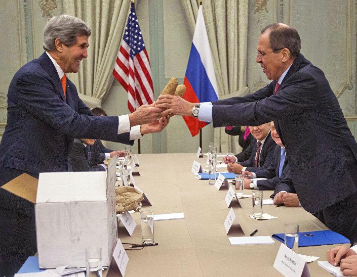 John  Kerry daruje Sergeji Lavrovovi bramborové hlízy
