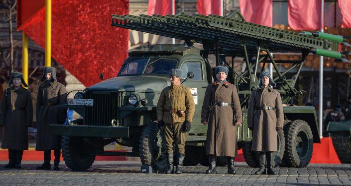 Slavnostní pochod věnovaný přehlídce 7. listopadu 1941 na Rudém náměstí
