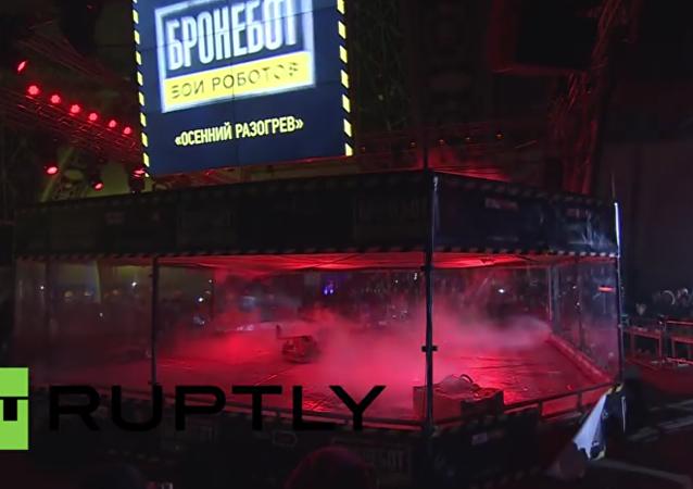 Souboj robotů v aréně na moskevské výstavě inovací