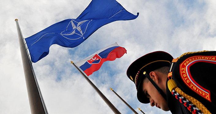 Čestná stráž slovenského prezidenta u Slovenské vlajky a vlajky NATO