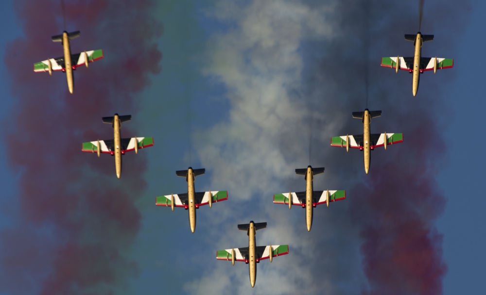 Letecká akrobatická skupina Al Fursan ze Spojených arabských emirátů během Dubai Airshow-2015