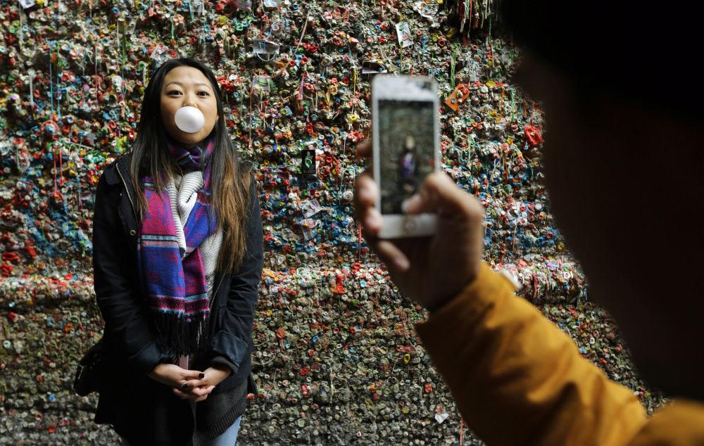 Fotografie vedle žvýkačkové zdi v Seattlu. Město nedávno 'slavnou' stěnu odstranilo.