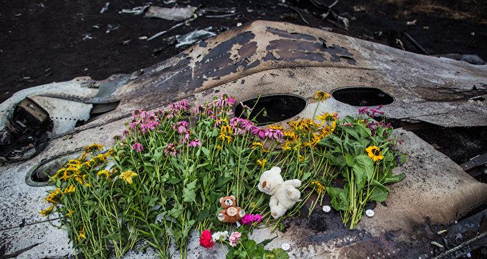 Květy na místě havárie Boeingu 777