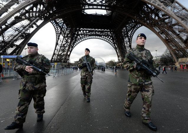 Francouzští vojáci hlídkují Eiffelovu věž