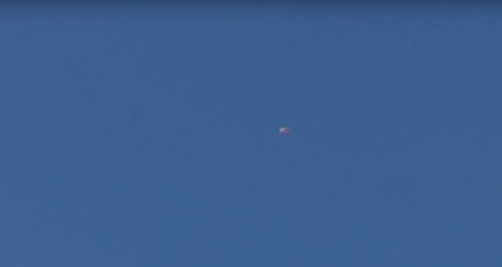Očití svědkové natočili na video dva padáky v nebi po pádu Su-24 v Sýrii