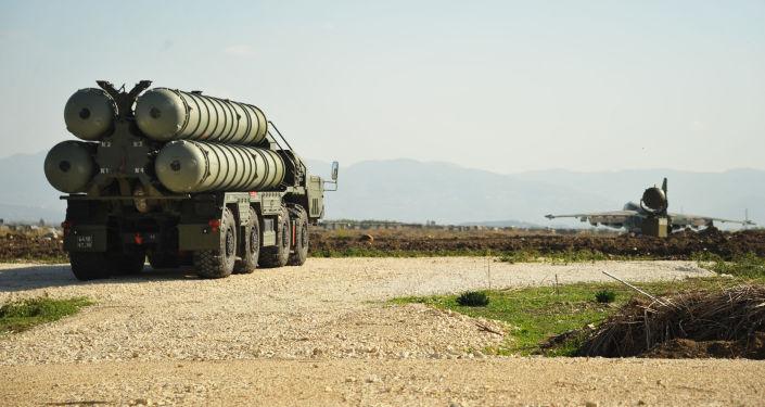 S-400 bude spolu s komplexem Fort raketového křižníku Moskva, který se už nachází u břehů Sýrie, zajišťovat bezpečnost letů ruské letecké skupiny