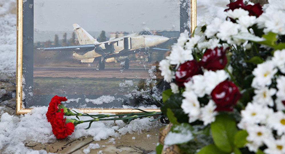 Květiny u pomníku letců ve středu Lipecku na památku pilota Su-24, ketrý byl sestřelen vedle turecko-syrské hranici