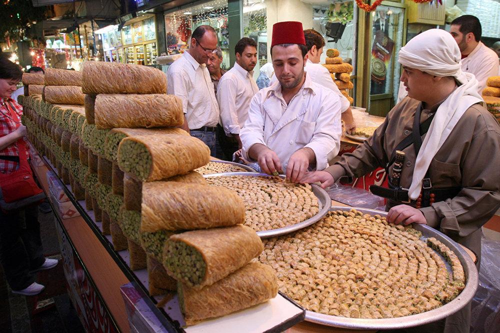 Syrské cukrovinky na jednom z trhů v Damašku.