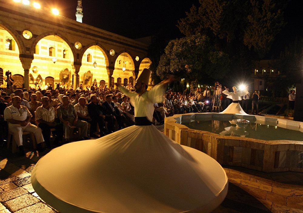 Tanec dervišů předvedený ansámblem z Aleppo během festivalu Nights of Spiritual Music (Nocí duchovní hudby).