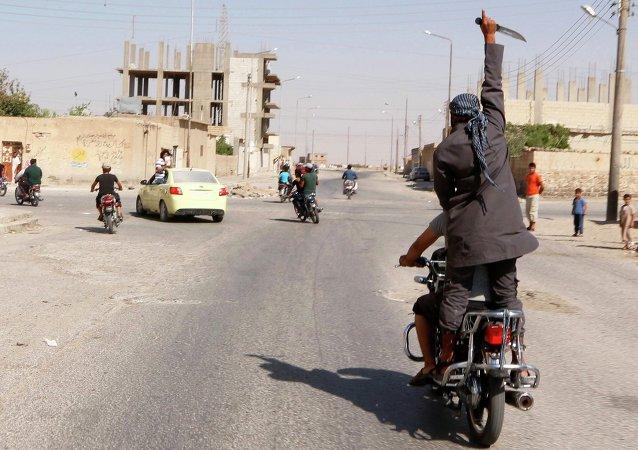 Muž s nožem v ruce v Sýrii. Ilustrační foto