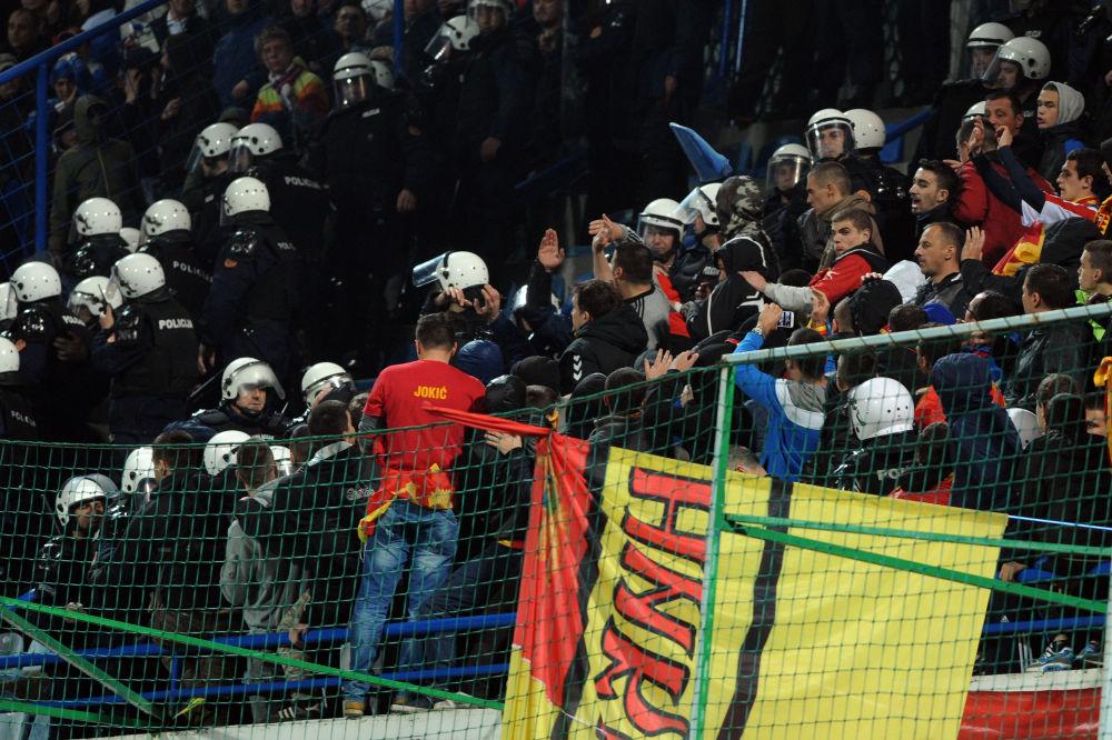 Nepokojům na stadiónu v Podgorici předcházely výtržnosti černohorských fanoušků před utkáním. Agresivní fanoušci zaházeli petardami a světicemi veřejnou dopravu u stadiónů Gradski krátce před zahájením utkání.