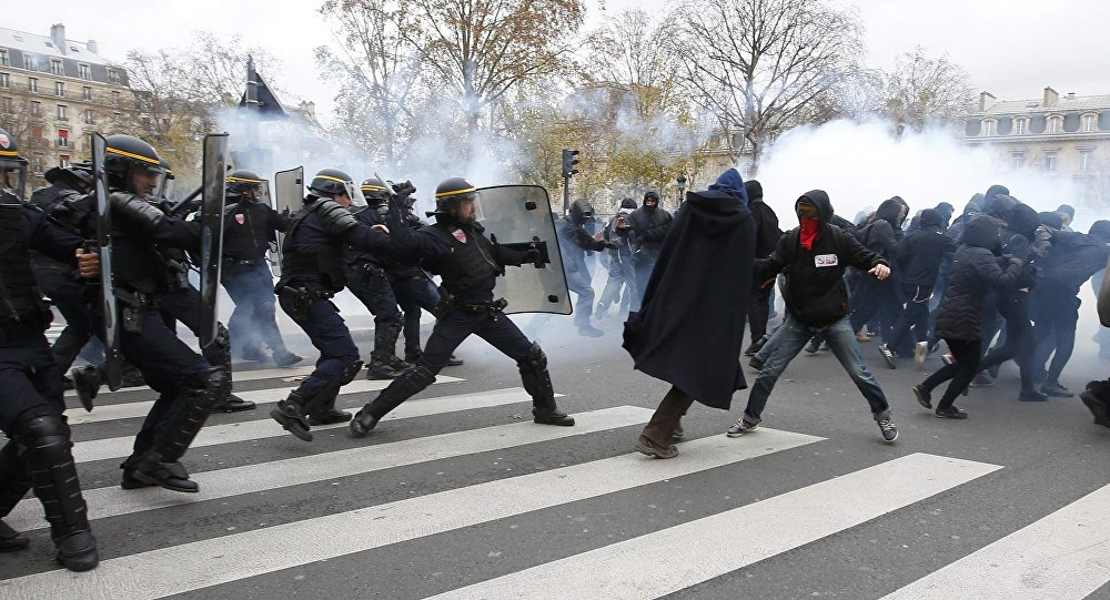 Asi sto lidí zadrželi v Paříži během nepokojů na mítinku na ochranu ekologie