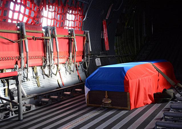 Letadlo vojensko-transportního letectva MO Ruska dopravilo v pondělí z Ankary tělo Hrdiny Ruské federace Olega Peškova, velitele osádky Su-24, který byl sestřelen 24. listopadu tureckou stíhačkou v nebi nad Sýrii, na vojenské letiště Čkalovskij v Moskevské oblasti.