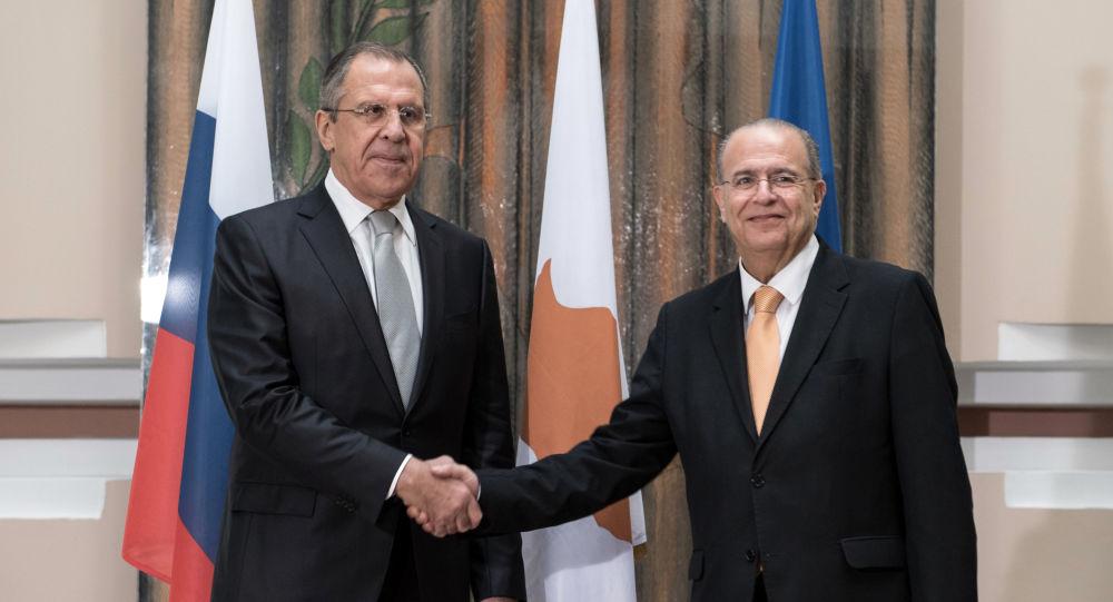 Sergej Lavrov během jednání se svým kyperským protějškem Ioannisem Kasoulidesem