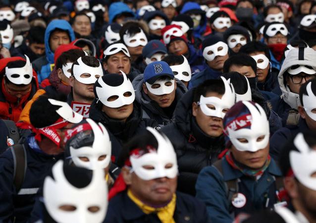 Asi 40 tisíc lidí v centru Soulu žádají demisi prezidentky. Archivní foto
