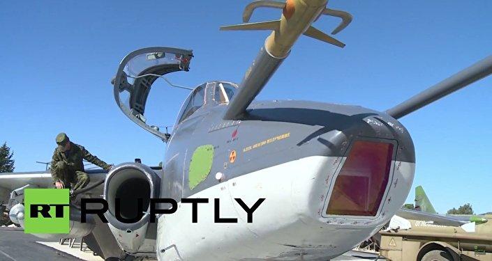 Vzlet ruského bombardéru Su-25 na bojový úkol z letecké základny v Sýrii