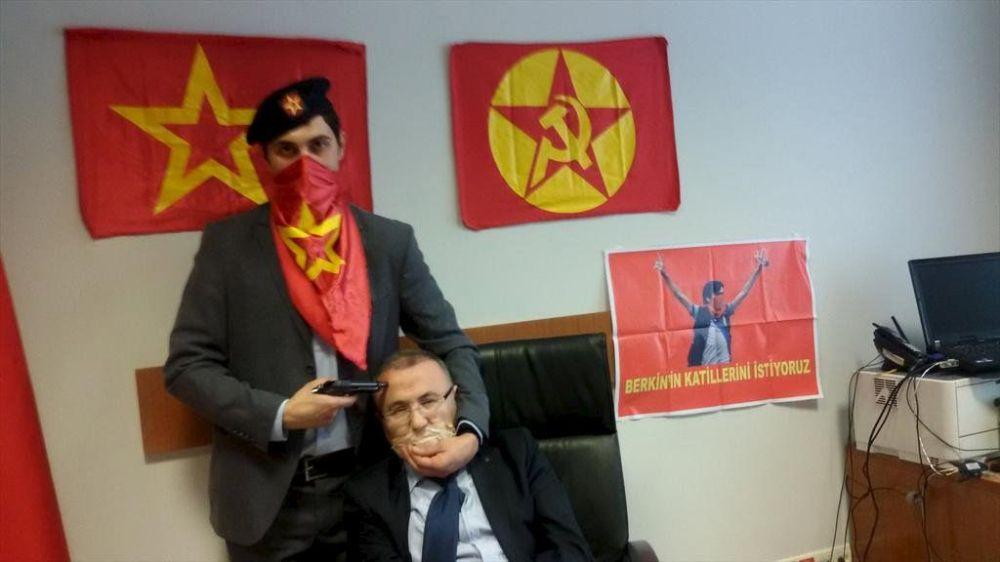 Členové zakázané Revoluční lidové osvobozenecké strany zajali jako rukojmího prokurátora Selima Kiraze v budově soudu v Istanbulu.
