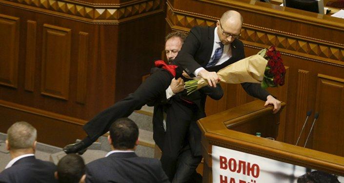 Ukrajinští poslanci se poprali v Radě v průběhu Jaceňukova vystoupení