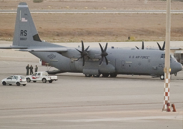 Americké letadlo C-130 Hercules v Libyi