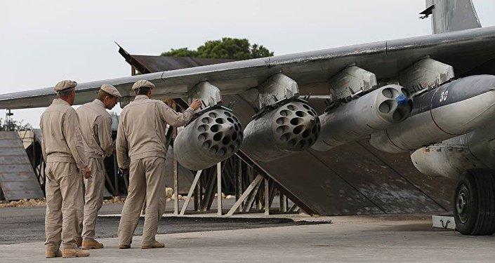 Ruští vojenští specialisté vedle letadla v Sýrii