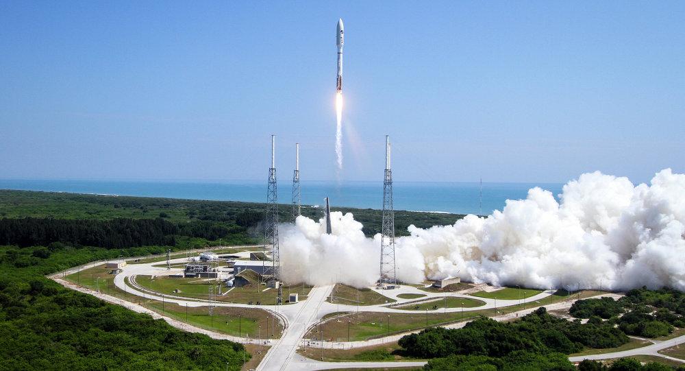 Raketa Atlas V startující z Mysu Canaveral