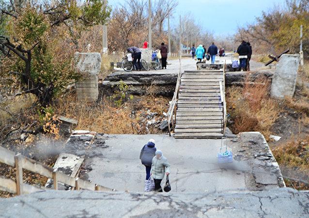 Hraniční přechod z Luhanské lidové republiky na území Ukrajiny v obci Stanica Luhanská
