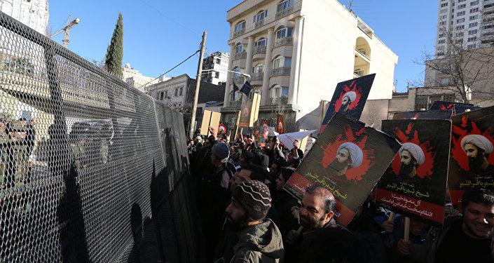 Demonstrace Íránců před velvyslanectvím Saúdské Arábie