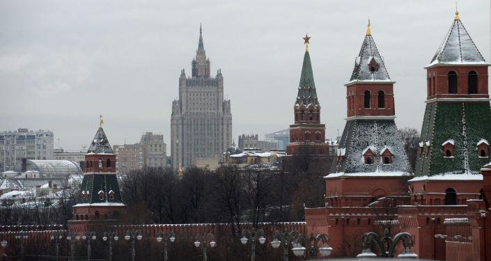 Pohled na moskevský Kreml a budovu MZV RF