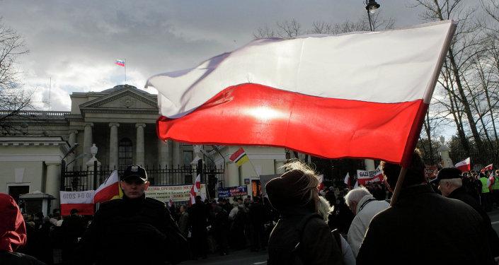 Demonstranti před budovou velvyslanectví Ruska